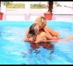 trepando na piscina