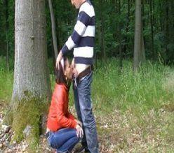 Novinha pagando boquete no mato