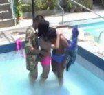 Novinha dando a bucetinha e o cuzinho pra dois na piscina