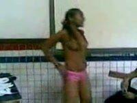 Novinha fica peladinha na sala de aula caiu na net