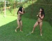 Duas safadas amadoras brigando por rola