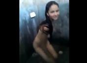 Novinha delicia se masturbando gostoso no banheiro