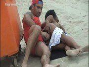 Dando uma rapidinha na praia sexo amador e caseiro